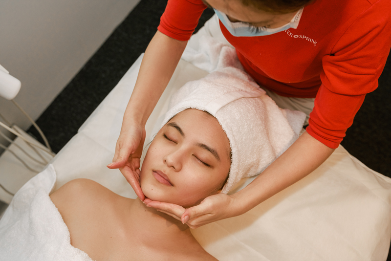 These treatments are excellent for premature aging or aging skin conditions. With the use of latest technology and advanced medical-grade equipment, these treatments have proven to repair collagen and remodel the skin. It strengthens and firms skin as well as instantly rebuilds sagging skin to make it smoother and taut.