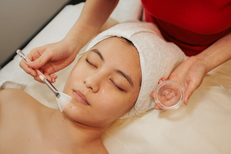 These intense brightening and skin renewal treatments are designed to eliminate dark spots and uneven skin tone due to environmental exposure and aging. Skin complexion is smoother, radiance and maximum skin clarity is achieved.